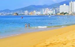 Playa en Acapulco con los turistas foto de archivo