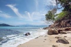 Playa en Borneo con Kinabalu en fondo Fotografía de archivo libre de regalías