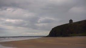 Playa en declive en el condado Antrim, Irlanda del Norte almacen de metraje de vídeo