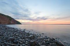 Playa en el amanecer Imágenes de archivo libres de regalías