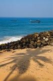 Playa en el día asoleado en Kerala Imagen de archivo libre de regalías