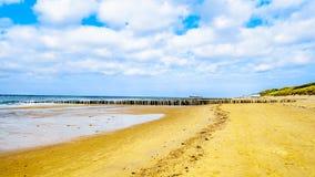 Playa en el Mar del Norte y Westerschelde cerca de la ciudad del puerto de Vlissingen en la provincia de Zelanda fotos de archivo