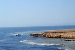 Playa en el Mar Rojo con el barco Fotografía de archivo libre de regalías