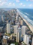 Playa en el paraíso de las personas que practica surf en Gold Coast Imágenes de archivo libres de regalías
