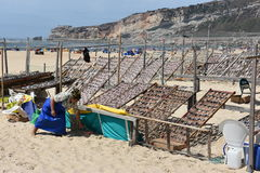 Playa en el pueblo pesquero de Nazare en Portugal Fotos de archivo