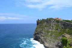 Playa en el templo sacro de Uluwatu - isla de Bali, Indonesia Imágenes de archivo libres de regalías