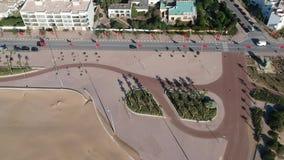 Playa en Essaouira cerca de Marrakesh en Marruecos por el abejón desde arriba almacen de video