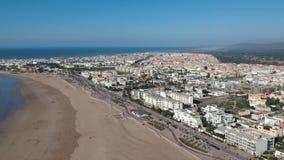 Playa en Essaouira cerca de Marrakesh en Marruecos por el abejón desde arriba almacen de metraje de vídeo