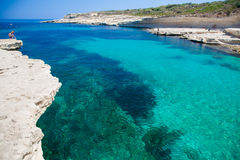 Playa en invierno, Malta de la roca Fotos de archivo libres de regalías