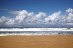 Playa en Kauai Hawaii con nadie allí Imágenes de archivo libres de regalías