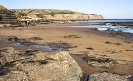 Playa en la bahía de Robin Hood, cerca de Whitby Foto de archivo libre de regalías