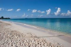 Playa en la isla de Gran Caimán Imágenes de archivo libres de regalías