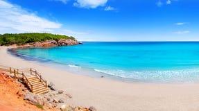 Playa en la isla de Ibiza con agua de la turquesa Foto de archivo