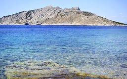 Playa en la isla Grecia de Aegina Imagenes de archivo
