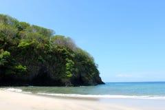 Playa en la isla Indonesia Imagenes de archivo
