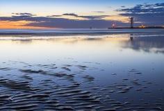 playa en la luz de la puesta del sol Fotos de archivo
