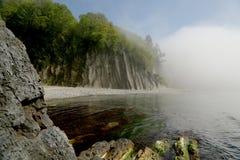 Playa en la niebla de la mañana Foto de archivo libre de regalías