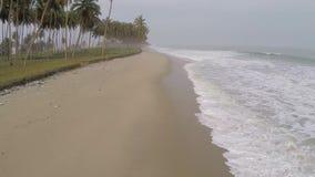 Playa en la onda de África y de Océano Atlántico almacen de video