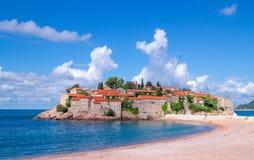 Playa en la opinión de Sveti Stefan Fotografía de archivo libre de regalías