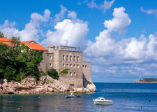 Playa en la opinión de Sveti Stefan Imagen de archivo libre de regalías