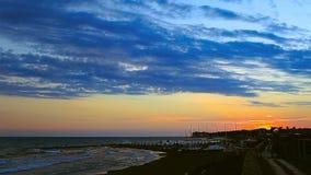 Playa en la puesta del sol almacen de metraje de vídeo
