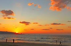 Playa en la puesta del sol imágenes de archivo libres de regalías