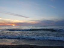 Playa en la puesta del sol Foto de archivo