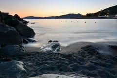 Playa en la puesta del sol Cavi di Lavagna Camogli, Italia Foto de archivo