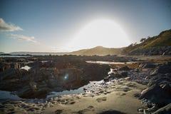 Playa en la puesta del sol en Cornualles, Inglaterra Foto de archivo libre de regalías