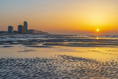 Playa en la puesta del sol, Flandes de Ostende foto de archivo libre de regalías