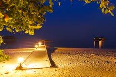 Playa en la puesta del sol - Maldives del embarcadero fotos de archivo
