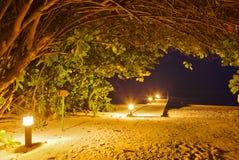 Playa en la puesta del sol - Maldives del embarcadero imagen de archivo