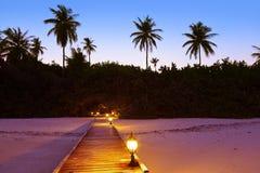 Playa en la puesta del sol - Maldives del embarcadero fotos de archivo libres de regalías
