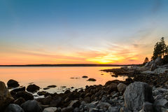 Playa en la puesta del sol (velocidad de obturador larga) Imagenes de archivo