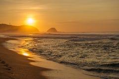 Playa en la salida del sol, México de Zipolite imagen de archivo libre de regalías
