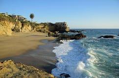 Playa en Laguna Beach del sur, California de la roca de la tabla Imágenes de archivo libres de regalías