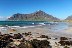Playa en las islas de Lofoten en Noruega Fotos de archivo