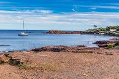 Playa en las rocas rojas de Esterel Macizo-Francia Imagen de archivo
