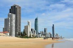 Playa en paraíso de las personas que practica surf en el Gold Coast de Queensland Fotografía de archivo libre de regalías
