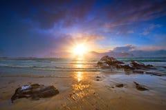 Playa en puesta del sol, islas de Lofoten, Noruega de Skagsanden imagen de archivo libre de regalías