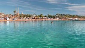 Playa en un centro turístico tropical donde los turistas toman el sol y nadan en el mar Agua hermosa de la turquesa Contra metrajes