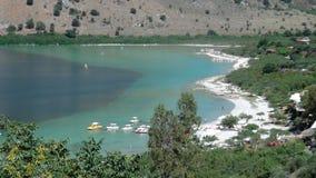 Playa en un lago fotografía de archivo libre de regalías
