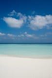 Playa en una isla maldiva Imagen de archivo libre de regalías