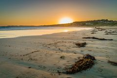 Playa en Victoria, Australia de Lorne, en la puesta del sol fotografía de archivo