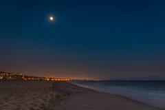 Playa encendida para arriba por la luna Imagen de archivo