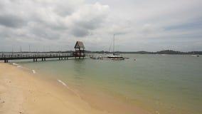 Playa escénica del punto de Changi en un día nublado en Singapur almacen de video