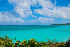 Playa Esmeralda, Holguin, Kuba: Härligt landskap med turkosen för karibiskt hav royaltyfri bild