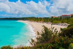 Playa Esmeralda i Holguin, Kuba Sikten uppifrån av stranden Härlig turkos för karibiskt hav arkivbilder