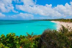 Playa Esmeralda i Holguin, Kuba Sikten uppifrån av stranden Härlig turkos för karibiskt hav royaltyfri fotografi