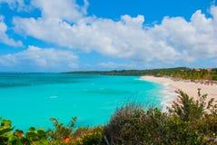 Playa Esmeralda i Holguin, Kuba Sikten uppifrån av stranden Härlig turkos för karibiskt hav arkivfoton